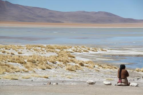 Bolivia -  Vrouw aan lake
