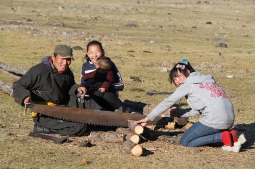 Nomaden - kinderen zagen hout