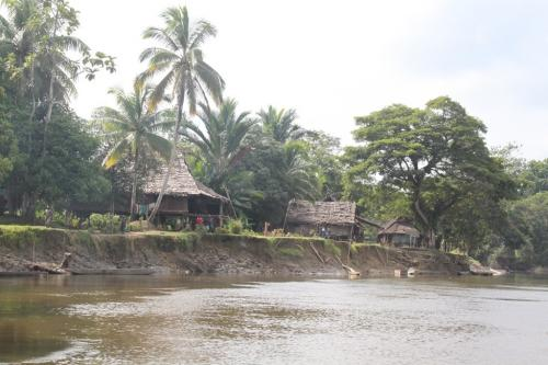 PNG - dorp rivier 1