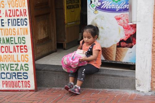 Ecuador - Kind met pop