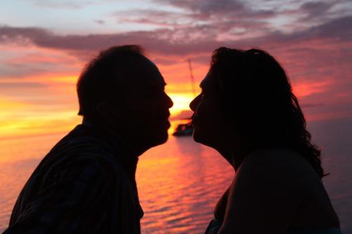 Frans Polynesie - kissing erwin dede