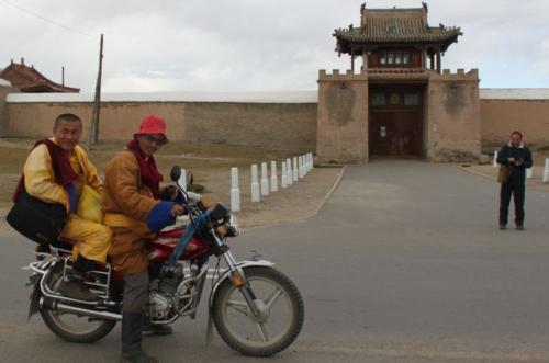 Mongolia- Monnik op bromfiets